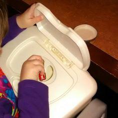 Busy Bug: introducen las tapas de potitos por la ranura de una caja de toallitas húmedas. Para desarrollar la coordinación viso-manual.