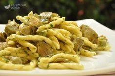 La pasta ai carciofi è un gustoso primo piatto semplice da realizzare, poco calorico, che mette ben in risalto il sapore della pasta e quello dei carciofi.