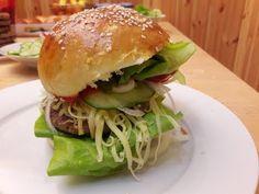 Hamburger húspogácsa Itthon készített hamburger húspogácsa recept ami simán veri a többit.Próbáld ki ezt az egyszerű de nagyszerű receptet.Lehetőleg a zsemlét is te süsd meg úgy lesz teljes a siker ! / Szoky konyhája / Food And Drink, Chicken, Ethnic Recipes, Cubs, Kai
