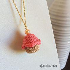 Colarzinho de Cupcake  #colar #cupcakes #crochet #crocheting #crochetlove #crochetmood #handmade #crochetaddict #madewhitlove #feitoamao #feitocomamor #artesanal #design #decor #decoracao #interiordesign #maedemenina #mulher #meninas #fofo #cute #kids #craft #comprodequemfaz #instacrochet #amocrochet #afeira by jasmimatelie
