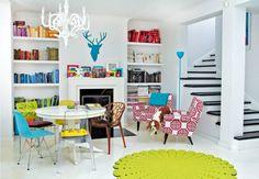 MIESZKANIE. W salonie panuje eklektyzm,  a jednak wszystko do siebie pasuje: nowoczesne krzesła, odnowione  PRL-owskie fotele, naklejka z po...