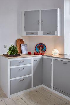 det_mondaene_skur_koekken_paa_danaplads_06 Africa Decor, Paint For Kitchen Walls, Glass Kitchen Cabinets, Hygge Home, Boho Kitchen, Kitchen Interior, Home And Living, Home Kitchens, House Design