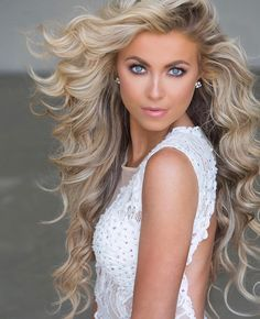 Espectacular y hermosa chica - pageant hair Pagent Hair, Pageant Headshots, Beautiful Lips, Beautiful Beach, Beautiful Women Pictures, Very Long Hair, Pretty Eyes, Big Hair, Up Dos