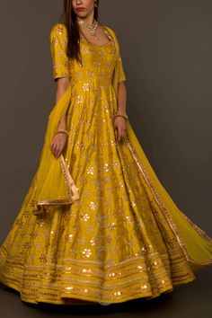 Tips to look Gorgeous On Your Karva Chauth Indian Attire, Indian Ethnic Wear, Indian Outfits, Indian Gowns Dresses, Pakistani Bridal Dresses, Indian Wedding Gowns, Bridal Sarees, Indian Weddings, Mode Bollywood