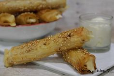 Tapitas y Postres: Cigarritos de pasta filo con queso.