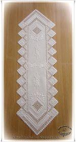 Bordado hardanger para un sencillo, pero elegante camino de mesa.  Jugando con calados, motivos en punto plano y vainica, todo en perfecta ...