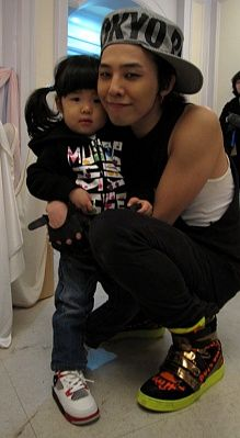 G-Dragon (지드래곤) with Sean's daughter Ha Eum. So cute...