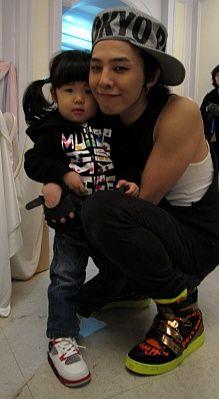 G-Dragon (지드래곤) with Sean's daughter Ha Eum. So cute...