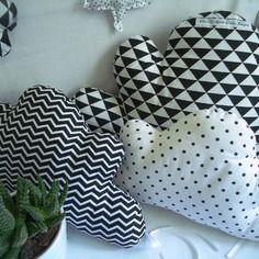 """Nouvelle collection : tour de lit 5 coussins nuages """"black & white"""" tendance scandinave, mix de triangles, chevrons et pois"""