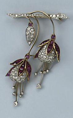 Рубин и алмаз BROOCH Разработанный как два фуксия цветы, набор с калиброванными рубинами и прокладывают набор алмазов круглой огранки, около 1920.