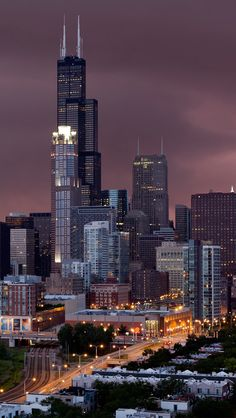 That tall building there is now called Willis Tower. But ANYONE from Chicago will forever call it SEARS TOWER! Chicago At Night, Chicago City, Chicago Skyline, Chicago Illinois, Chicago Tower, Chicago Bears, Chicago Photography, City Photography, Missouri