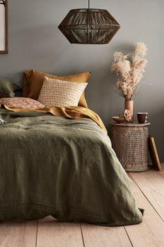 Olive Green Bedrooms, Sage Green Bedroom, Earthy Bedroom, Green Bedding, Green Rooms, Aesthetic Bedroom, Grey Wall Bedroom, Olive Bedroom, Warm Bedroom Colors