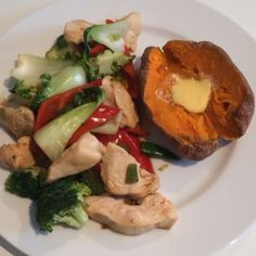 The Body Coach:Try this Sweet potato with chilli & honey chicken Bodycoach Recipes, Joe Wicks Recipes, Allergy Free Recipes, Clean Recipes, Cooking Recipes, Healthy Menu, Quick Healthy Meals, Healthy Eating Recipes, Lean In 15