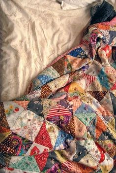 Ideas for crazy patchwork clothes scrappy quilts Patchwork Quilting, Scrappy Quilts, Crazy Patchwork, Star Quilts, Rag Quilt, Patchwork Jeans, Patchwork Designs, Patchwork Dress, Antique Quilts
