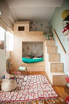 """Irgendwann, wenn das Mädchen groß genug ist, wird es zu Xaver ins Zimmer ziehen. Und da das Zimmer relativ klein ist, werden wir wohl ein Hochbett anschaffen. Ich liebäugele bislang mit relativ simplen Lösungen, vielleicht sogar einfach vom Schweden. Dabei gibt es ja so viele unfassbar kreative und tolle Möglichkeiten, in einem Zimmer """"nach oben"""" ..."""
