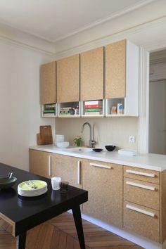 Portes en agglo,  poignées et plan avec évier intégré en Corian blanc / Archi : ATELIER PREMIER ETAGE