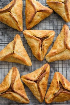 Sfeehas: Lebanese meat pies stuffed with ground beef or lamb, onions, tomatoes, spices, and tahini. Perfect to make for parties as appetizers!