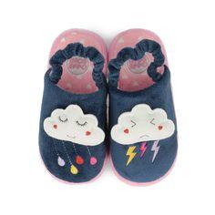 Zapatillas de casa de niña en azul marino con suela en rosa. Motivo de nube feliz en la zapatilla derecha con lluvia y nube enfadada en la izquierda con truenos. Corte y forro y en textil. Recuerda levantarte siempre con el pie derecho