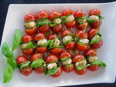 Tomaten - Mozzarella - Spieße, ein raffiniertes Rezept mit Bild aus der Kategorie Kalt. 135 Bewertungen: Ø 4,5. Tags: Europa, Fingerfood, Herbst, Italien, kalt, Party, raffiniert oder preiswert, Snack, Sommer, Vorspeise