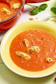 Super einfach und super lecker! Die Basilikumklößchen peppen die Tomatensuppe richtig auf!