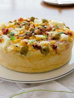 Torta portuguesa de liquidificador. Uma torta rápida e fácil que leva como ingredientes do recheio os mesmos da pizza portuguesa! Faça para quandso receber visitas em casa sem perder tempo! Receita de liquidificador e deliciosa!