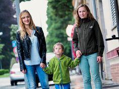 Elijah geht mit seiner Au-Pair (links) und seiner Mutter spazieren.