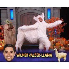 Pin for Later: Seht alle Halloween-Kostüme der Stars Wilmer Valderrama als ein Lama