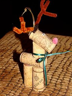 cork reindeer- super cute ornament for the wino who has everything.  I'd hang him around the bottle I was giving them for X-mas!  Adorable.