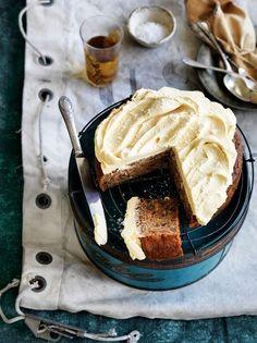 Bolo de banana, avelã e café com cobertura de caramelo e flor de sal