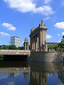 Das Charlottenburger Tor ist ein neobarockes Schmuckbauwerk, das 1907/1908 errichtet wurde, um den Repräsentationsbedürfnissen der Stadt Charlottenburg zu dienen.