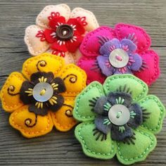 Felt Brože - Hana Jorpalidisová felt flowers with buttons Felt Embroidery, Felt Applique, Embroidery Dress, Felt Flowers, Fabric Flowers, Crocheted Flowers, Felted Wool Crafts, Felt Patterns, Doily Patterns
