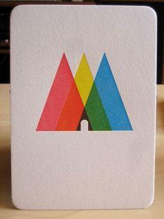 CMYKで彩ったマーク。 単純なデザインこそ難しい。ぱっと目を惹きつけ、さらに重なり合った三角形の絶妙さにみとれてしまう…奥深いカードです。
