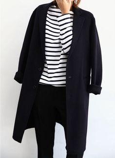 Тельняшка, черное пальто и черные брюки