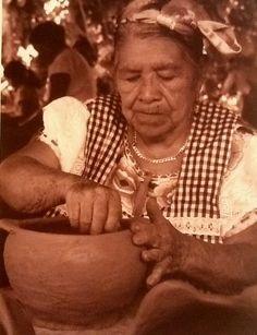 Artesana mexicana, haciendo ollas de barro