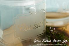 Glass Etched Cookie Jar on www.strawberrymommycakes.com #silhouettecameo #silhouetteportrait  #tutorial #mothersday