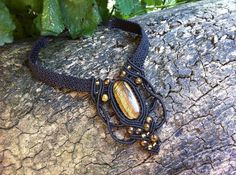 Collier ethnique chic en macramé cabochon et perles oeil de tigre  : Collier par mikiwalker