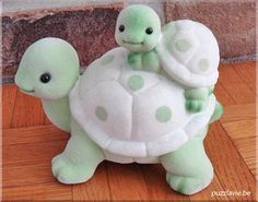 Mom and Baby Turtle Polymer Clay Tutorial- will need to be translated instructions are not in english,but pictures are pretty self explanitory. adorable mother and child use as idea for felt pincushion this is for clay but would be cute in sugarpaste for Polymer Clay Animals, Fimo Clay, Polymer Clay Projects, Polymer Clay Charms, Polymer Clay Creations, Clay Crafts, Polymer Clay Turtle, Fondant Animals, Clay Figurine