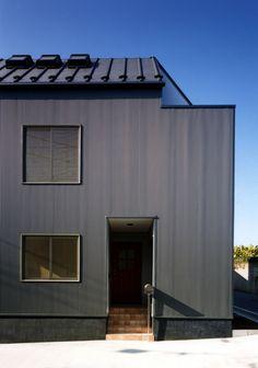 ガルバリウム鋼板の小波板を貼った外観(7人家族の家)- 外観事例 Dark Grey Houses, Tiny House, Furano, House Siding, Japanese Design, Architect Design, Black House, Cladding, Guest Room