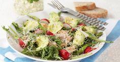 Mandag - Kyllingsalat med avokado og cottage cheese fra Melk.no Wraps, Avocado Salat, Frisk, Cottage Cheese, High Protein, Baguette, Pesto, Healthy Recipes, Healthy Food