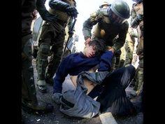 VIOLENCIA en Chile: Grupo de carabineros da una paliza a un estudiante inmovilizado - YouTube
