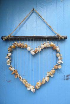 """Na versão """"enfeite de porta"""", confeccionado com fio encerado em diferentes tons de marrom, conchas marinhas de diferentes espécies e caroços de açaí. Ideal para a decoração de varandas e casas de praia. Cada modelo é único, podendo ser reproduzidos com o mesmo tipo de conchas, mas por trabalharmo..."""