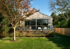 Contemporary cottage design flooded with light in Sagaponack Contemporary Cottage, Modern Cottage, Contemporary Homes, Cottage Living, Cottage Design, Cottage Style, Exterior Siding Options, Low Maintenance Backyard, Shingle Style Homes