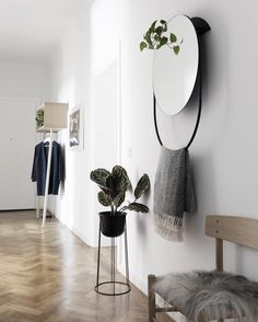 The new @wouddesign Verde mirror made its way into our hallway and I love the graphic look - more on the blog #mywouddesign