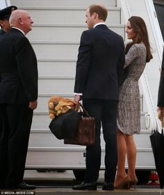MYROYALS &HOLLYWOOD FASHİON: The Duke and Duchess of Cambridge  and  Prince George touched down at Sydney Airport to transfer after flying in from the Britain on a Qantas jet .They have now transferred to a Royal New Zealand aircraft and are on their way to Auckland.