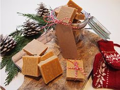 Karamellfudge Gift Wrapping, Snacks, Baking, Cool Stuff, Desserts, Christmas, Gifts, Food, Paper Wrapping