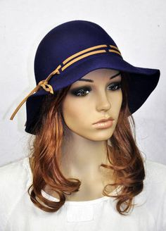 Chapéu azul escuro de lã