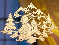 """Filigranes Fensterbild zum Aufhängen am Fenster. Handgefertigte Fensterdeko aus Pappelsperrholz mit Motiv """"Schneemänner"""". Leicht anzubringen."""