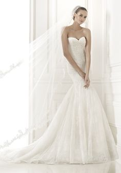 PRONOVIAS Sweetheart Neckline Trumpet Wedding Dress in Lace and Tulle A sweetheart neckline wedding dress in trumpet silhouette with lace appliqués and gemstone embroidery on the bodice. It has a sweep train.