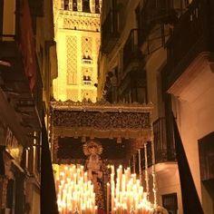 Las Penas por la calle Placentines. Lunes Santo. Sevilla.