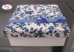 Bom dia, gente! Estou cada vez mais encantada com a decoração das caixas com tecido! Como vocês já sabem, eu amo flores e esse tecido é tud... Art Decor, Decoration, Gift Card Boxes, Decoupage Box, Idee Diy, Mini Scrapbook Albums, Little Boxes, Diy Box, Covered Boxes